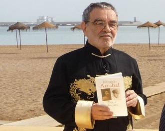 Fernando Arrabal en la playa de Melilla. Photo Xavier Pasturel