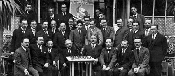 Les participants au Championnat de France 1924 à Strasbourg. Tout derrière à droite de l'affiche (avec une cigogne)  Marcel  Duchamp.Au premier rang : A. Goetz, P. Vincent, G.Renaud, A. Gibaud, R. Crépeaux. Au deuxième rang : F. Lazard, H.Bertrand (entre Goetz et Vincent) A, Chéron, A. Muffang....