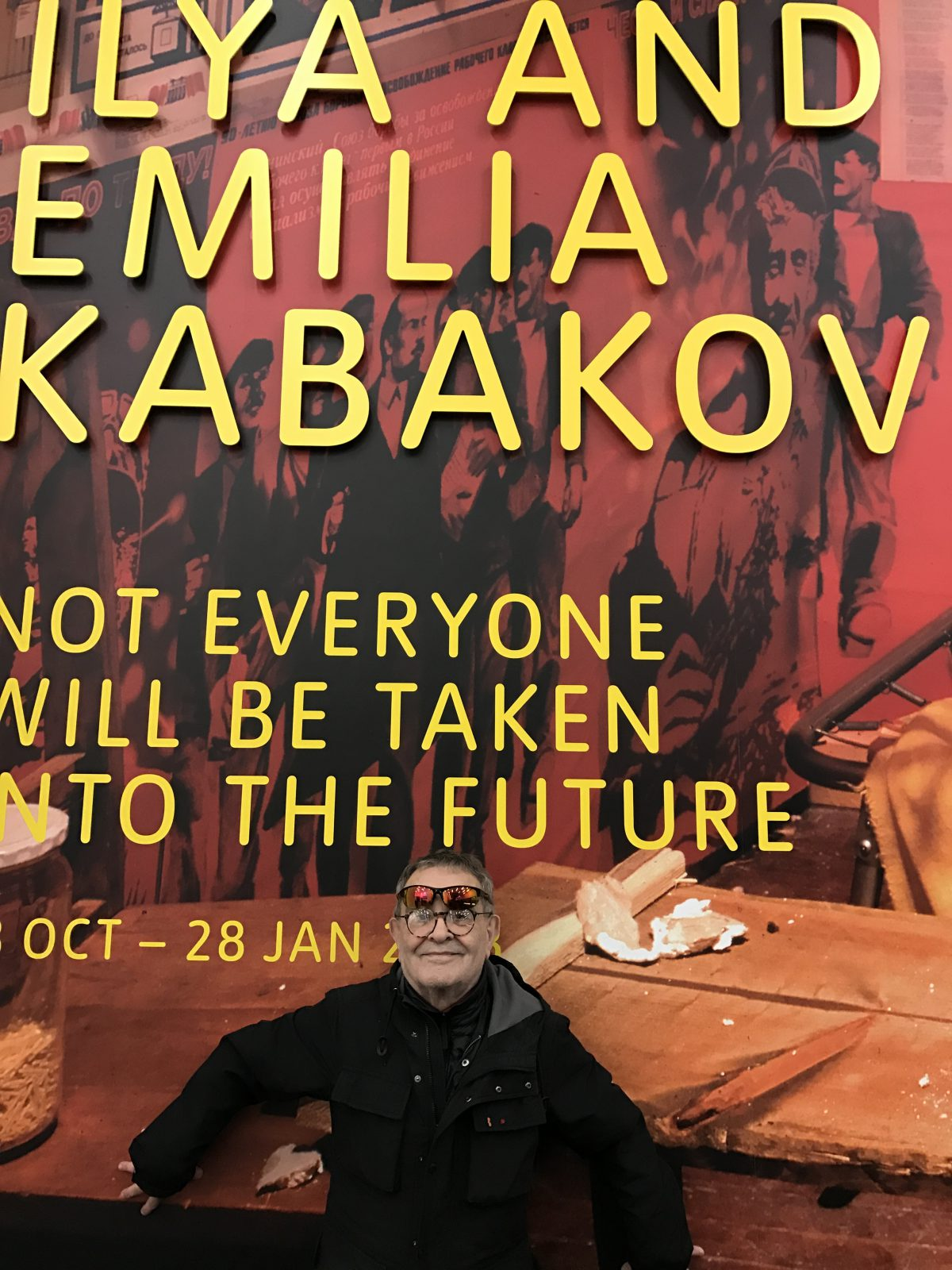 "Fernando Arrabal devant l'affiche du London Tate Museum ""Ilya and Emilia Kabakov: Not everyone will be taken into the future"""