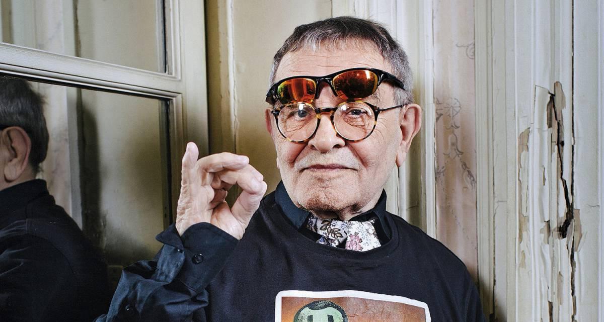 Fernando Arrabal pose chez lui à Paris avant de visiter Madrid pour partager ses souvenirs du surréalisme avec le public.