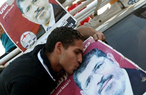 Un jeune égypcien embrasse la photo de Mohamed Morsi, le Frère Musulman élu président le 24 juin 2012