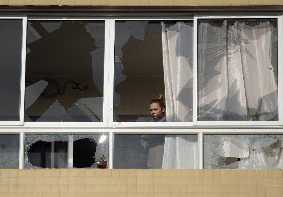 A Ashdod, une Israélienne constate les dégâts dans son appartement suite aux tirs de roquettes palestiniennes. (Vendredi 16 novembre 2012)