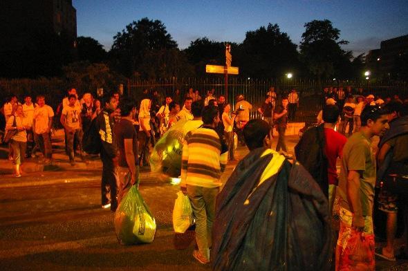 Des réfugiés afghans sont évacués du square Villemin, à Paris, le 18 août 2009