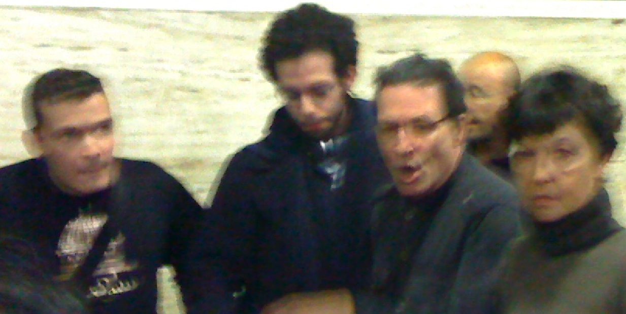 Le cameraman (à gauche) est tenu à distance