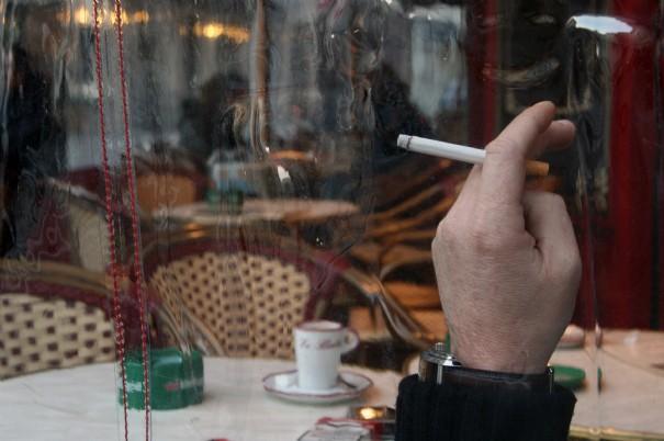 fumeur-en-terrasse-de-cafe_395