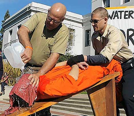 Démonstration de waterboarding pendant une manifestation contre la torture aux Etats-Unis