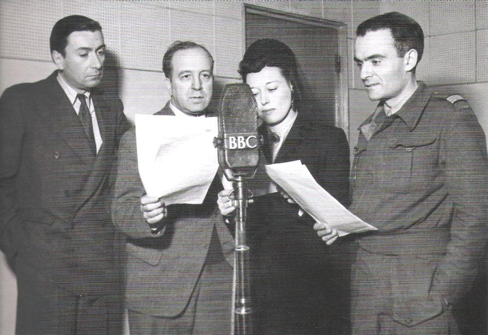 De gauche à droite : Paul Boivin, Jacques Duchesne, Geneviève Brissot et Jean-Paul Granville, une partie de l'équipe des « Français parlent aux Français » à la BBC