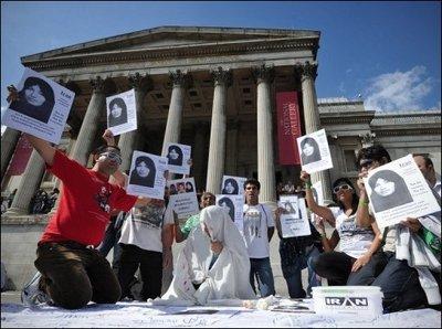 31371_manifestation-de-soutien-a-sakineh-ashtiani-le-24-juillet-2010-a-trafalgar-square-a-londres