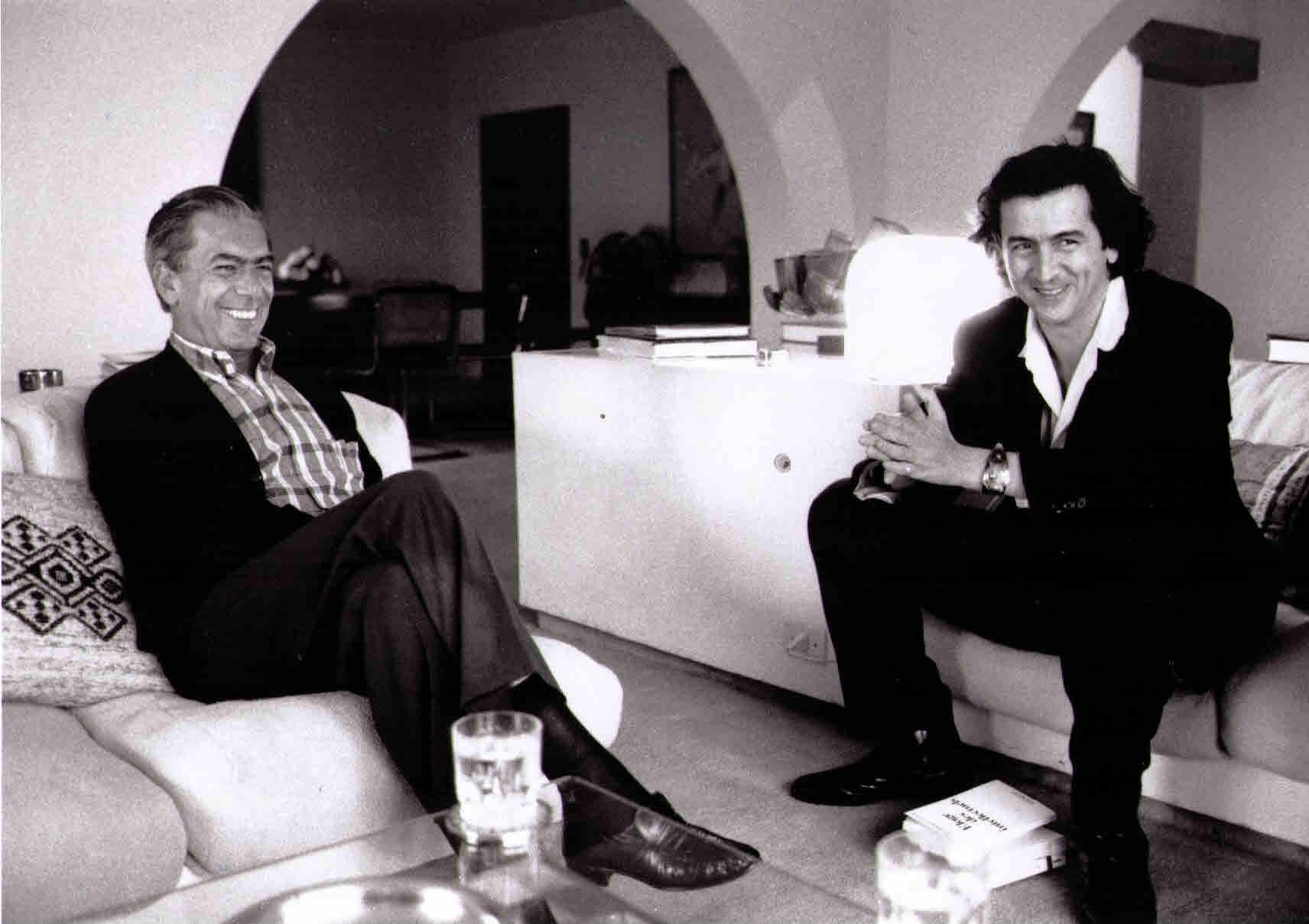 Mario Vargas Llosa et Bernard-Henri Lévy dans es années 90 à Lima, Pérou.