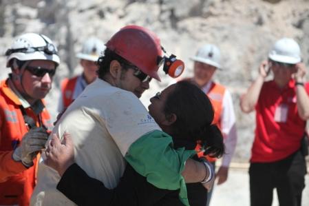 Daniel Herrera Campos, le seizième mineur à sortir, est accueilli par sa mère.