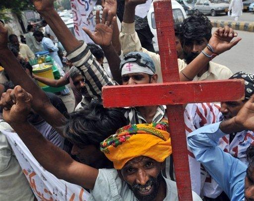 Combats entre chrétiens et musulmans après un meurtre en Egypte.