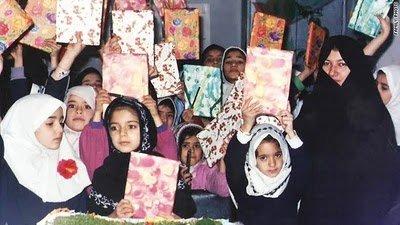 Sakineh et sa classe dans l'école à Oskou, nord-ouest de l'Iran. A sa gauche, sa fille Saideh.