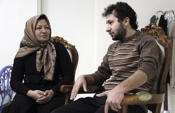 """Sakineh et son fils Sajjad, à Oskou, dans leur domicile, lors de """"reconstitutions"""" du meurtre du mari de Sakineh par la chaine iranienne Presse TV. (c) AFP"""