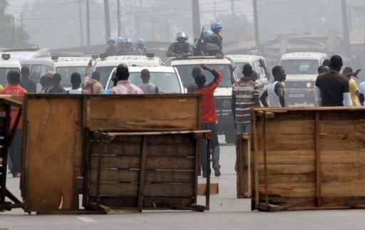 Close Les partisans de Laurent Gbagbo érigent des barricades pour bloquer les Casques bleus de l'Onu, le 11 janvier 2011. (c) AFP
