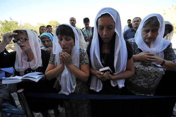 Des chrétiennes arméniennes de Turquie en train de prier