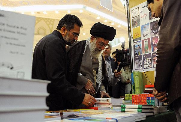 L'Ayatollah Ali Khamenei lors du salon du livre de Téhéran