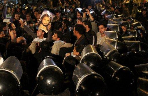 Manifestants face aux forces de l'ordre le 3 janvier 2011 en Egypte