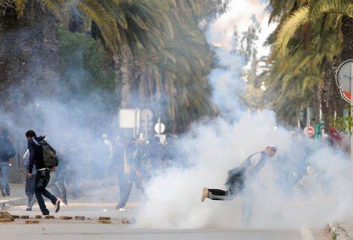 Les manifestants dispersés par des gaz lacrymogènes à Tunis le 14 janvier 2011. ©AFP / Fethi Belaid