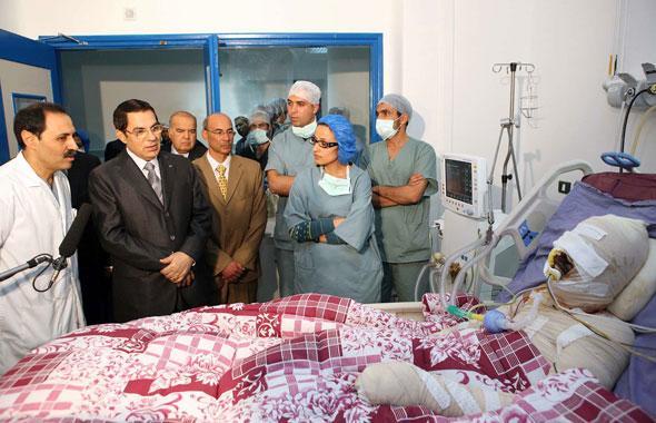 Ben Ali se rend au chevet de Mohamed Bouazizi, le jeune diplômé au chômage qui s'est immolé par le feu à Sidi Bouzid en Tunisie.