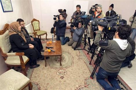 Sakineh et son fils, Sajjad, lors d'une conférence de presse, à Tabriz, dans les locaux de la justice iranienne, le 1 janvier 2011.