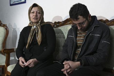 Sakineh et son fils Sajjad lors de la conférence de presse, le 1 janvier 2011, dans les locaux de la justice iranienne.