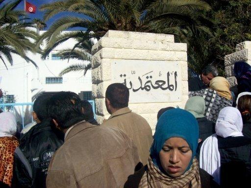 Manifestation à Sidi Bouzi (Tunisie) le 26 décembre 2010. Le jeune Tunisien, dont l'immolation par le feu le 17 décembre à Sidi Bouzid (centre-ouest) a déclenché une révolte contre le chômage, a été inhumé mercredi dans un climat de tension, après avoir succombé à ses blessures la veille dans un hôpital de Tunis. (c) AFP