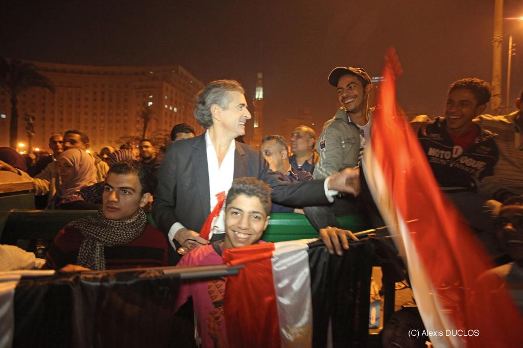 Bernard-Henri Lévy sur la place Tahrir. ©Alexis Duclos