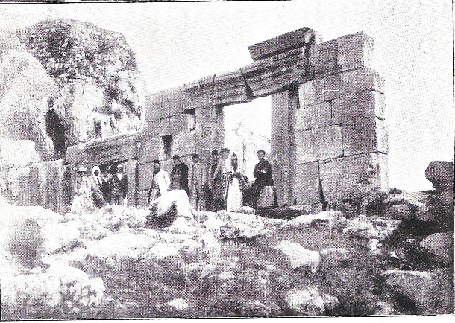 Pèlerins devant l'ancienne synagogue de Meron (מֵירוֹן). Photo 1880 L'architrave de la porte principale est brisée et repose en équilibre précaire, menaçant de s'effondrer. Il existe une tradition comme quoi l'effondrement de cette pierre coïncidera avec la venue du Messie.