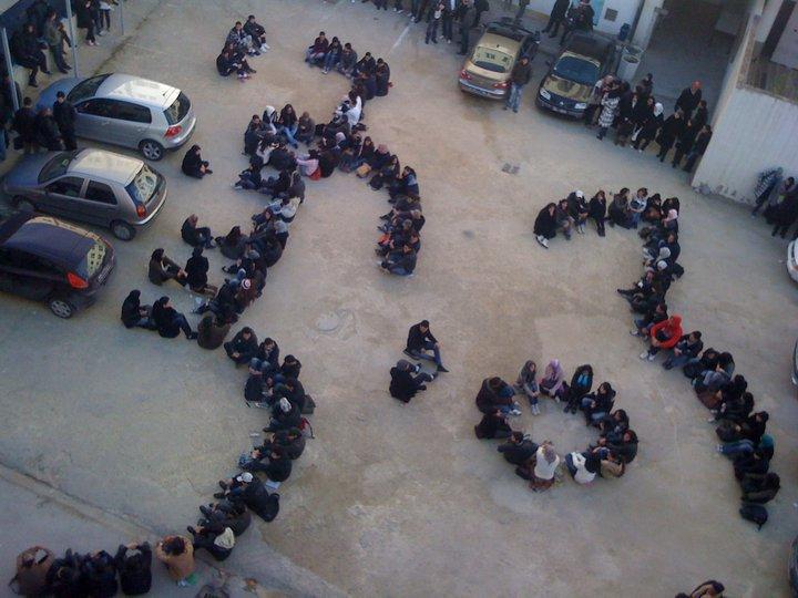 """""""Tounes Hourra"""", Tunisie Libre. Scène réalisée par les étudiants de l'école Polytechnique de Tunis"""