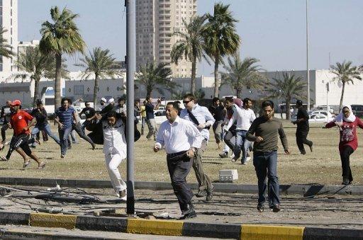 Manifestants dispersés à coup de grenades lacrymogènes le 19 février 2011 à Manama