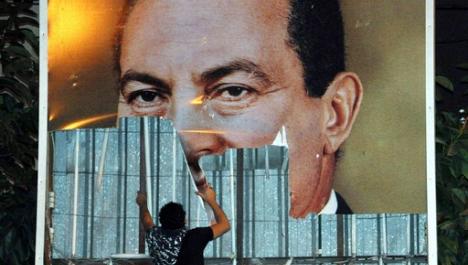 Décrochage d'un portrait d'Hosni Moubarak