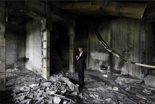 Bernard-Henri Lévy dans les ruines de la résidence de Khadafi à Benghazi. Le 4 mars 2011.