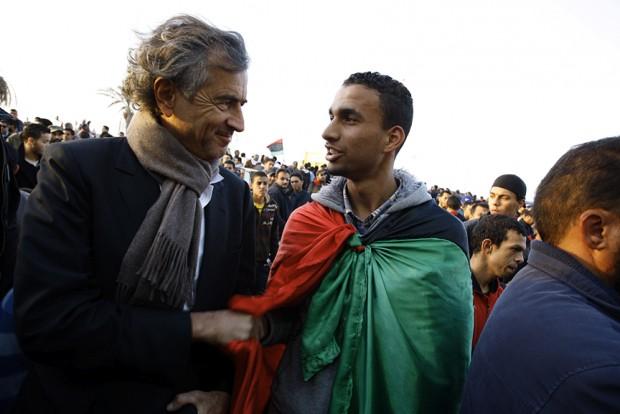 Benghazi. Avec un représentant du Comité Jeunesse de défense de la ville.  Le 4 mars 2011.