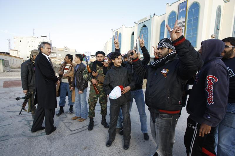 Bernard-Henri Lévy avec des combattants de la Révolution qui ont pris la ville de Tobrouk aux forces de Kadhafi (place du 17 février).