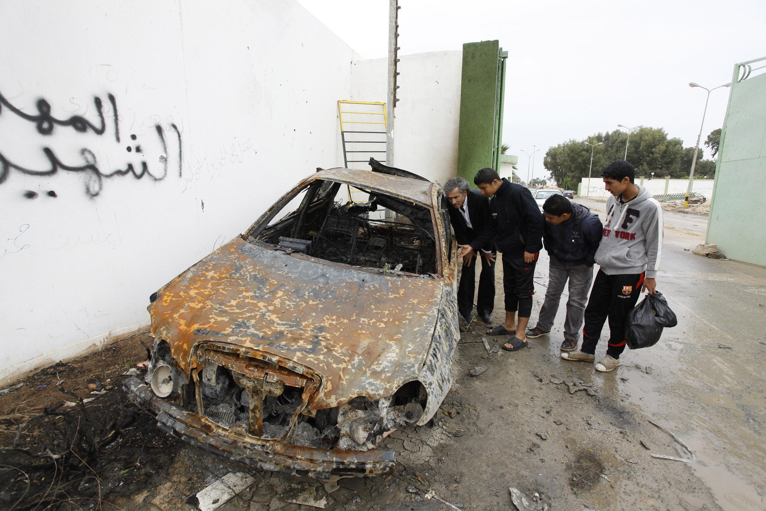 La voiture de Mr Ziou, le martyr qui a fait sauter le portail de la caserne de Benghazi, permettant de libérer la ville par son sacrifice. Bernard-Henri Lévy et des jeunes libyens. Photo Marc Roussel.