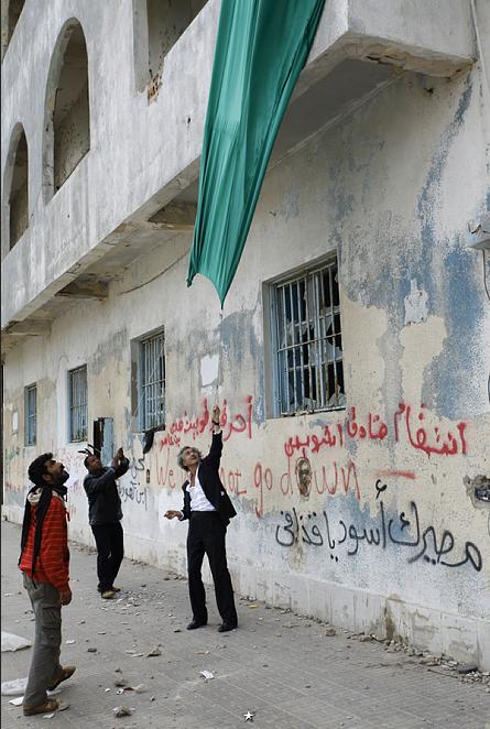Avec le vice-président du Comité National de Transition, âme de la résistance anti-Kadhafi, Abdul Hafiz Gogha. Benghazi. Le 4 mars 2011.