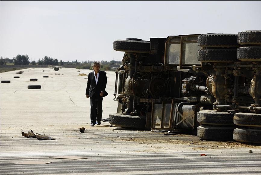 Aéroport de Labrak, près de Beida, neutralisé par les anti-kadhafistes. A côté d'un camion de pompiers renversé. Le 3 mars 2011. © Marc Roussel