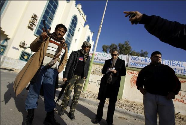 Bernard-Henri Lévy à Tobrouk. Place Mahdi Elias avec les défenseurs de la ville. Le 2 mars 2011.
