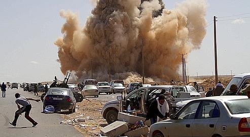 L'aviation lybienne a effectué plusieurs raids, le 14 février, contre les insurgés près du port pétrolier de Ras Lanouf.