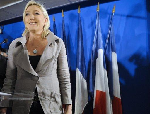L'exécutif et l'UMP, sous la menace d'un FN en progression à 13 mois de la présidentielle, ont commencé lundi à tirer les enseignements des cantonales dont la droite de gouvernement est la grande perdante, alors que le PS va tester son bon résultat à l'épreuve des primaires.