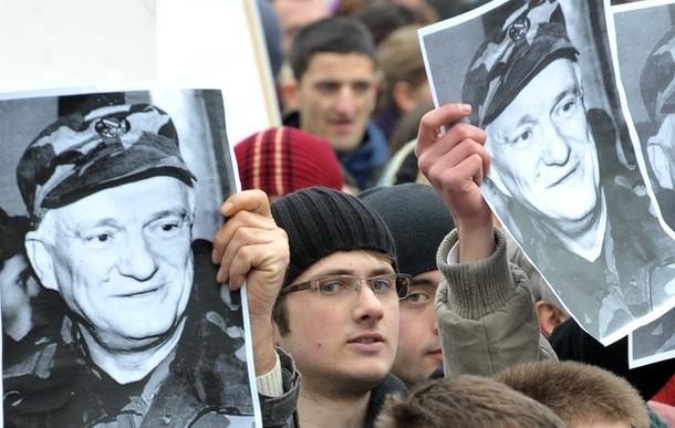 Manifestants à Sarajevo exprimant leur mécontentement vis-à-vis de l'arrestation du général Jovan Divjak.