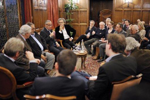 Mansour Saif al-Nasr et Ali Zeidan entourés, entre autres, par Gilles Hertzog et Bernard-Henri Lévy, le 22 mars 2011 à Paris.
