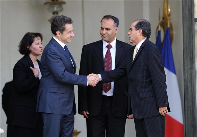 Nicolas Sarkozy a reçu hier deux émissaires du Conseil national de transition libyen, Mahmoud Jibril (au centre) et Ali Essaoui (à droite), chargés des affaires internationales.