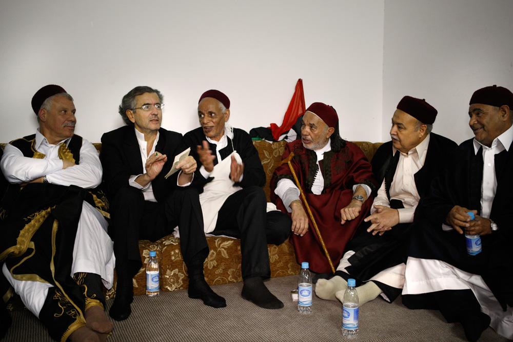 Réunion avec tous les chefs de tribus de Libye, dans une ferme de la banlieue de Benghazi. (c) Marc Roussel. Réunion avec tous les chefs de tribus de Libye, dans une ferme de la banlieue de Benghazi. (c) Marc Roussel.