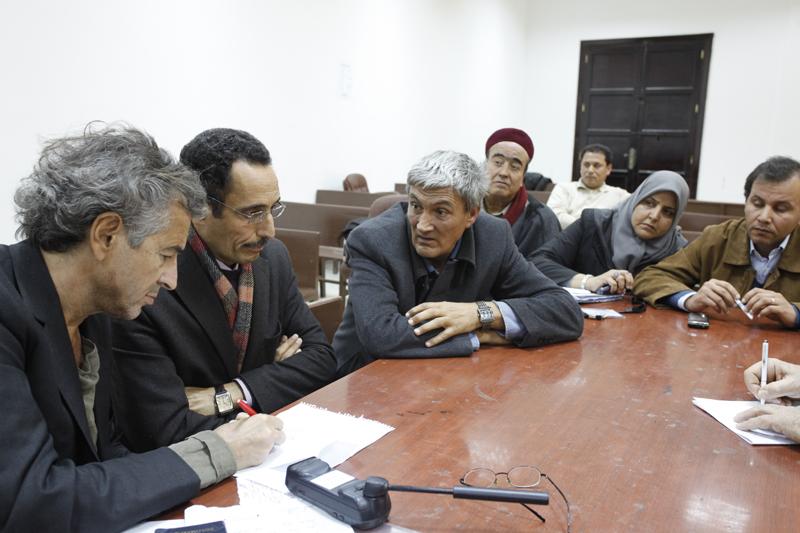 Réunion avec les membres du Conseil National de Transition, l'instance qui dirige la Révolution, dans l'ex-Palais de justice de Benghazi, pour discuter du soutien que la France peut apporter a la Libye libre.