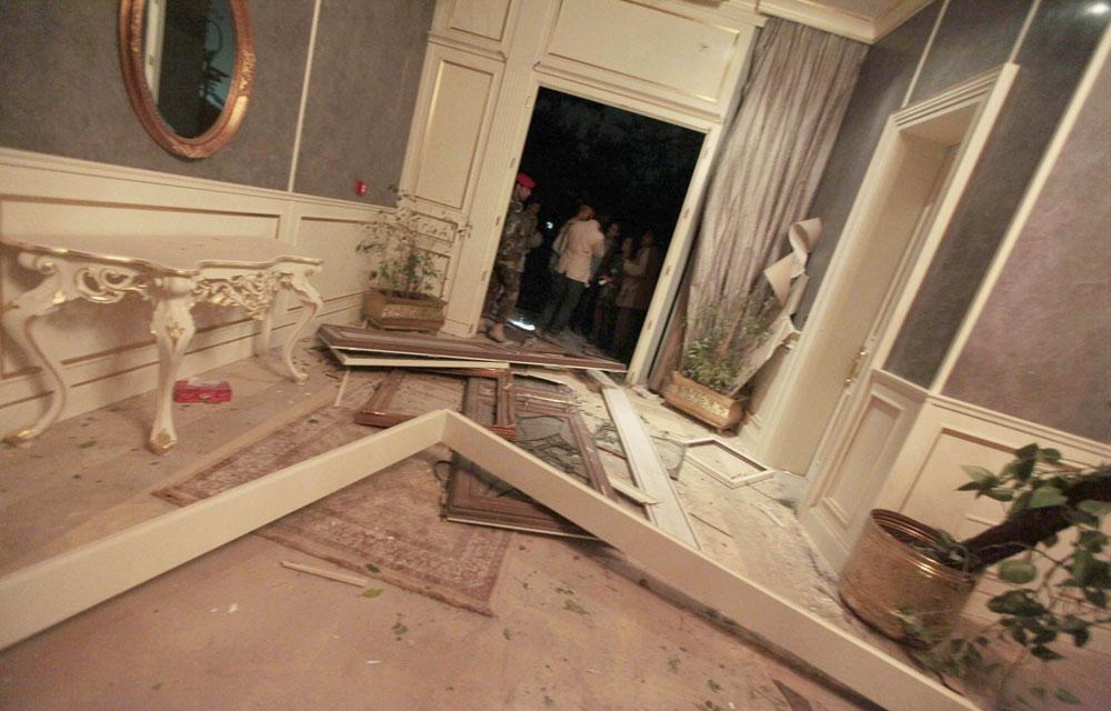 Une image de l'intérieur d'un bâtiment du quartier général du colonel Kadhafi, prise lundi lors d'une visite organisée par le régime après le bombardement. (Reuters)