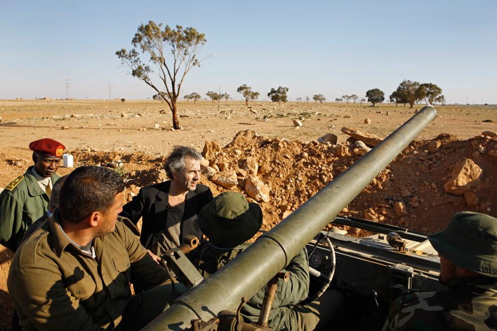 Sur les lignes de défense de Benghazi, avec les rebelles volontaires recrutés par Mustapha Elsagezli, le chef des forces insurgées. (c) Marc Roussel