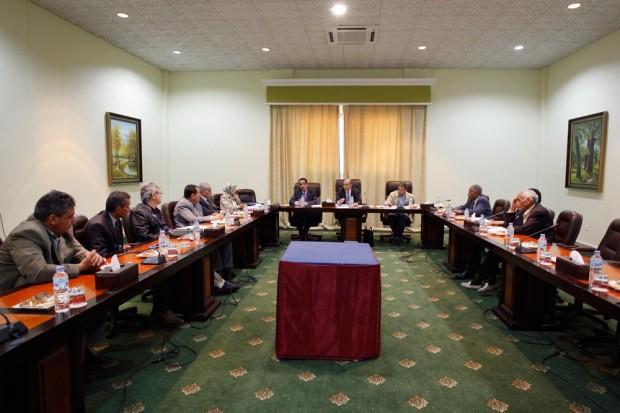 Réunion du Conseil National de Transition, dans la résidence Al Fadeel qui tient lieu de siège à la rébellion. Au centre, Mustafa Abdeljalil, le président. A sa droite, Abdul Afiz Ghoga, le porte-parole. (c) Marc Roussel.