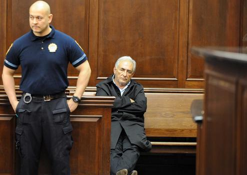 Dominique Strauss-Kahn au tribunal entouré de policiers.