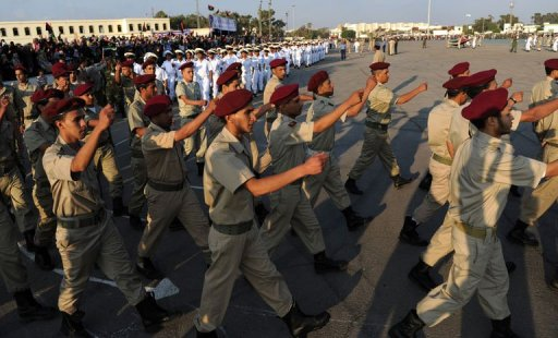 Des jeunes recrues rebelles marchent au pas, le 29 mai 2011 à Benghazi